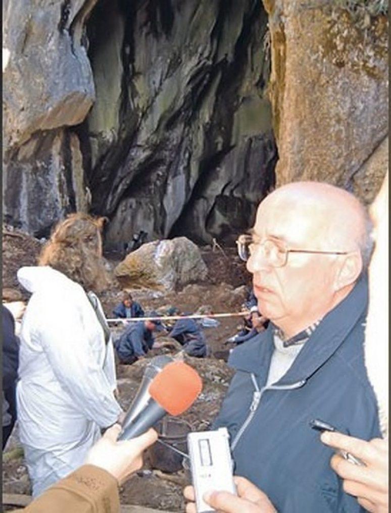 Професор Славиша Добричанин у јами Волујак (Фото Ж. Ракочевић)