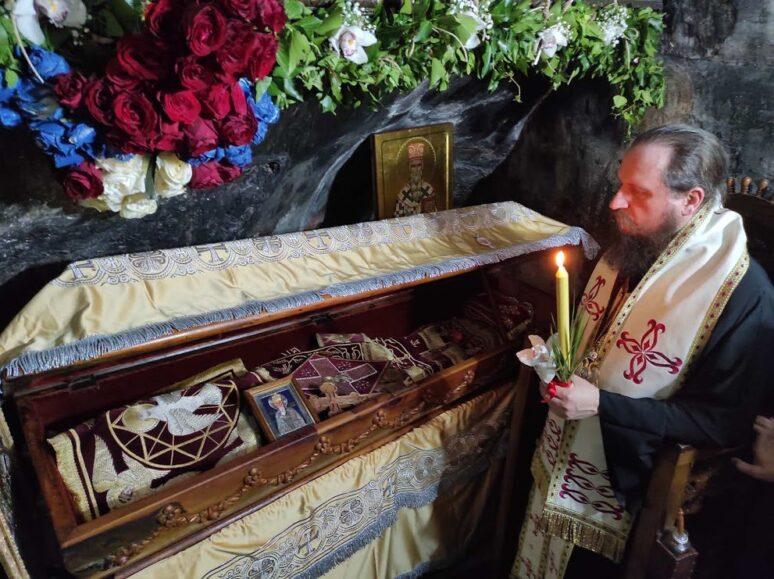 Епископ бихаћко петровачки Сергије читао у поноћ Акатист Светом Василију Острошком