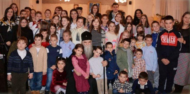 Митрополит са дјецом на Цетињу